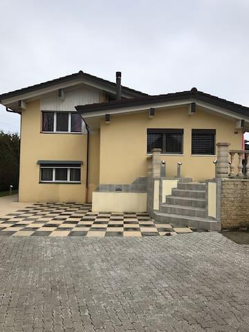 Chambre familiale dans magnifique villa - Bossonnens - Huis