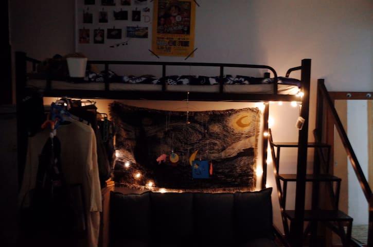 卧室的沙发(上铺是我睡)bedroom sofa