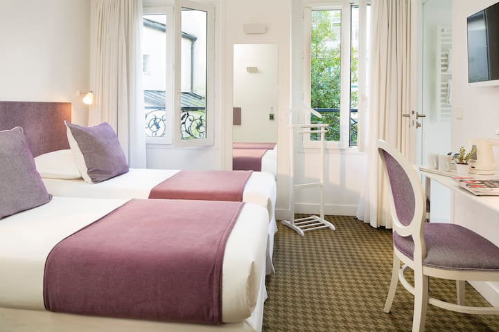 Spacious Parisian room with separate beds