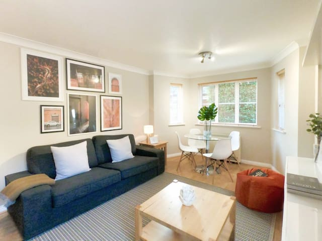 ☆ Central Spacious & Stylish Apartment + Parking ☆