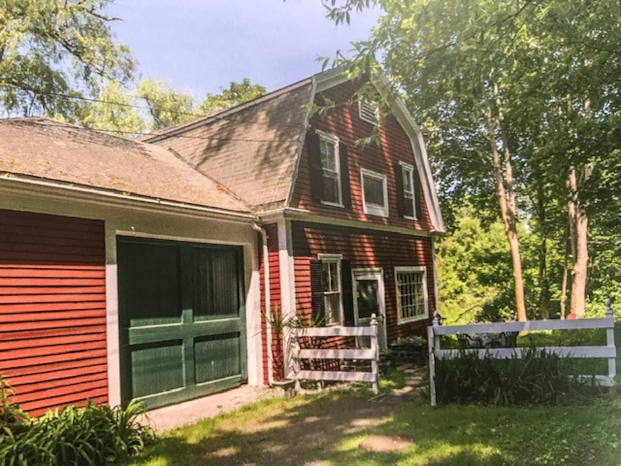 This charming barn is located in one of the best areas in Manchester by the Sea. Your walk to the Harbor down the street is breathtaking. The two-story barn inside the gate is all yours. It is filled with peace.