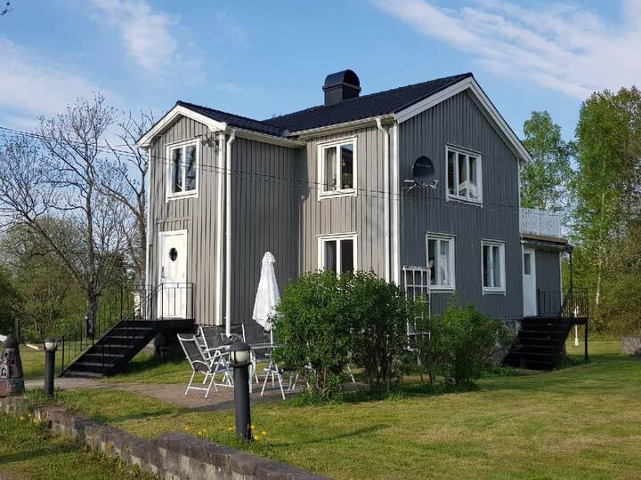 Hus nära den historiska akvedukten i Håverud