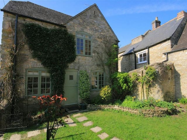 OLD FORGE COTTAGE, pet friendly in Stow-On-The-Wold, Ref 988635