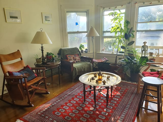 Beautiful, Sunlit 2-bedroom in a prime location