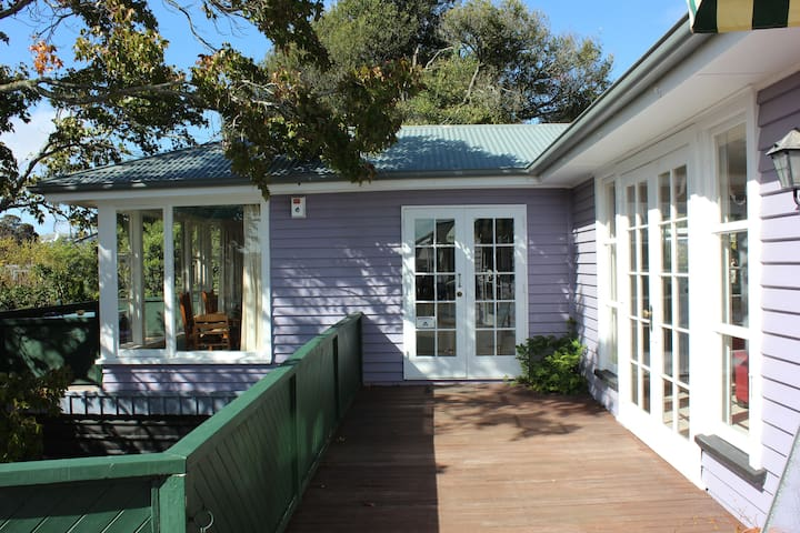 Quirky charm with stunning views. - Christchurch - House