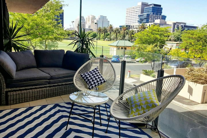 Resort luxury. Pool. FREE Wifi. St Kilda Rd