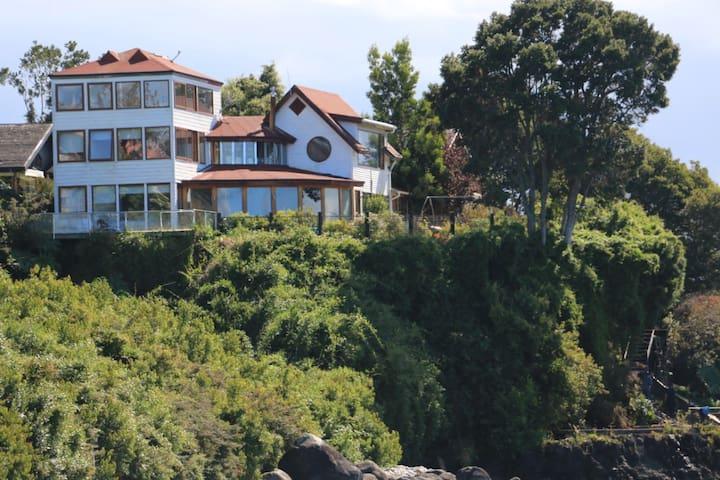 Casa Ulmo, posee bajada al lago, un kayak y una canoa, terrazas, impactantes vistas en todas sus habitaciones y estancias. Especial para desconectarse y apreciar la belleza sureña en su esplendor