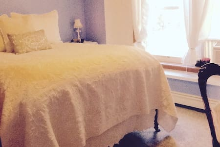 Blueberry Bliss Room w/ Breakfast - Bed & Breakfast