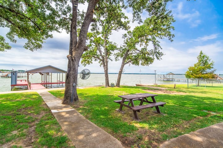 🤩Beautiful lakefront getaway on huge lot!