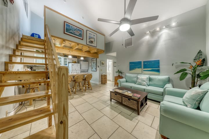 Classic beach condo w/shared pool, loft, shared grill - walk to the beach!