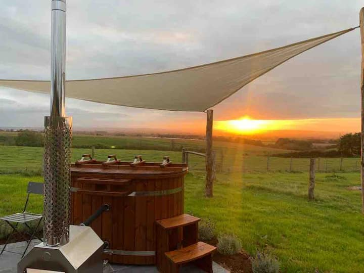 Luxury Shepherd's Hut Retreat & Hot Tub - Somerset