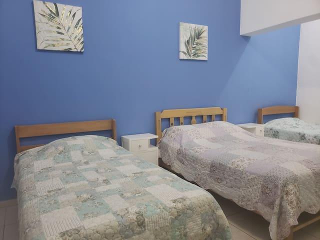 Amplia habitación con 3 camas y 2 baños