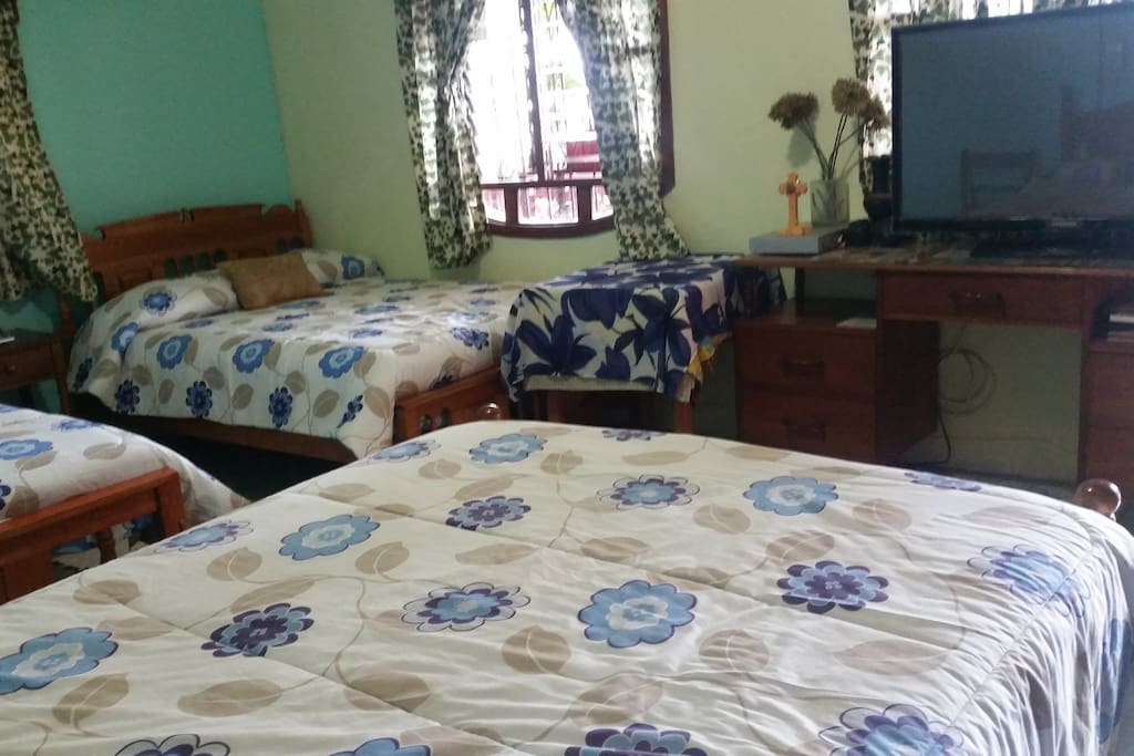 Cuarto 3. con tres camas matrimoniales. Aire acondicionado, Tv con cable y wifi