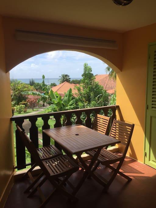 Terrasse avec table + 4 chaises