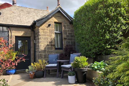 Cosy cottage close to Saltaire - private parking