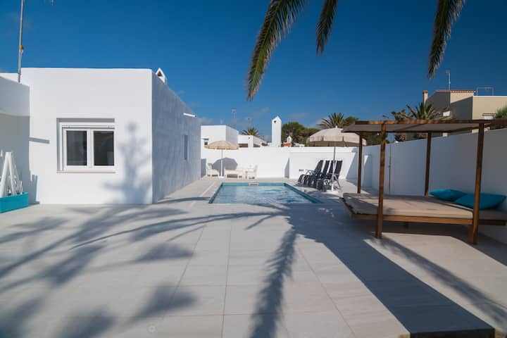 Modern-style villa near the beach – Villa Garasa