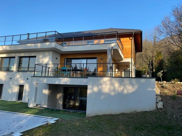 Grande villa neuve style avec piscine