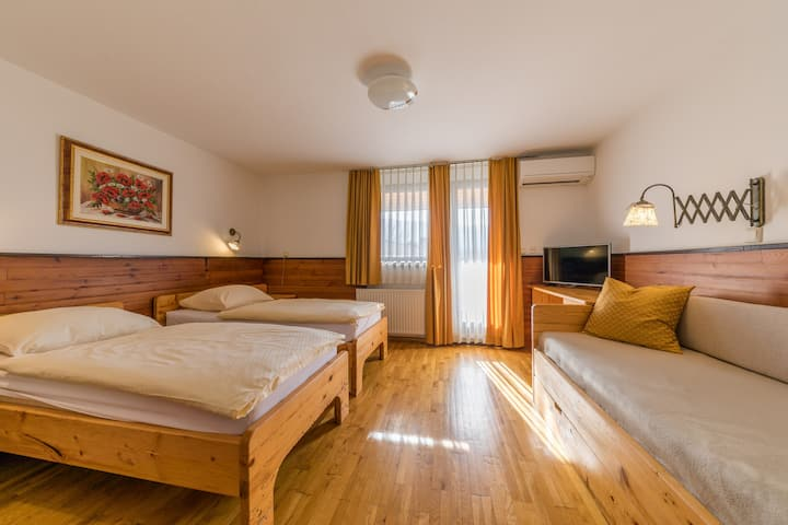 Triple room with balcony (AC)