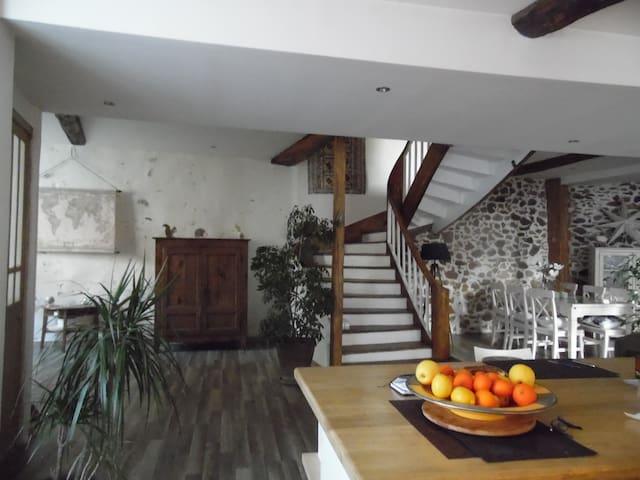 Grande maison aux pieds des montagnes