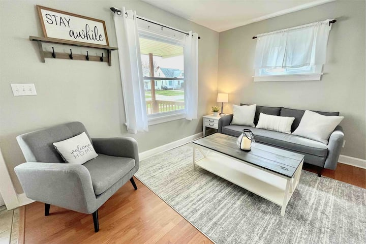 Cozy, Cute Colonial Near Airport & Downtown CLE