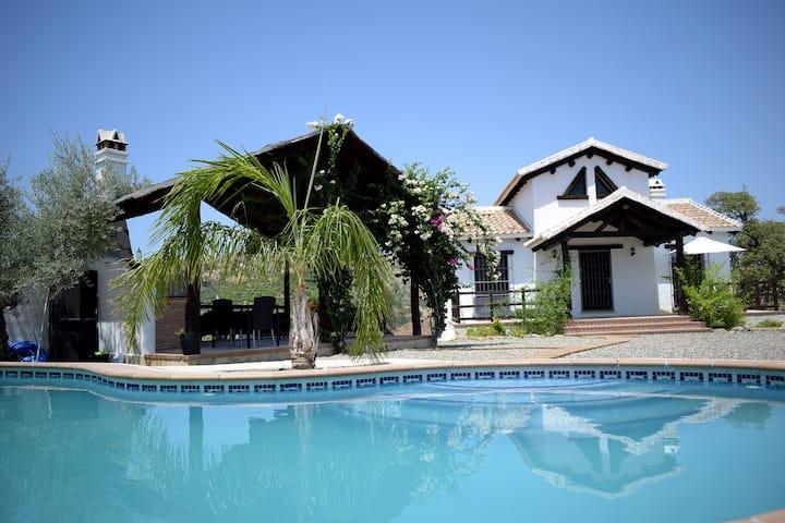 Finca Jacaranda. Jardín y piscina privados.