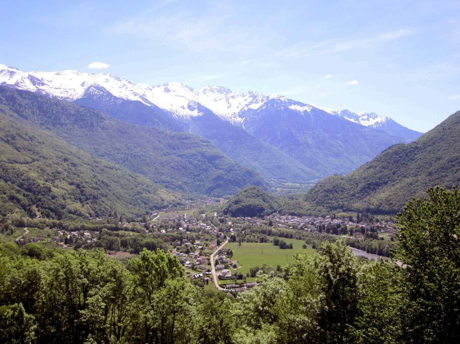 """Vallée de la Maurienne (Savoie). A gauche sur la photo, Randens, à droite Aiguebelle (deux villages séparés par la rivière """"Arc"""")"""