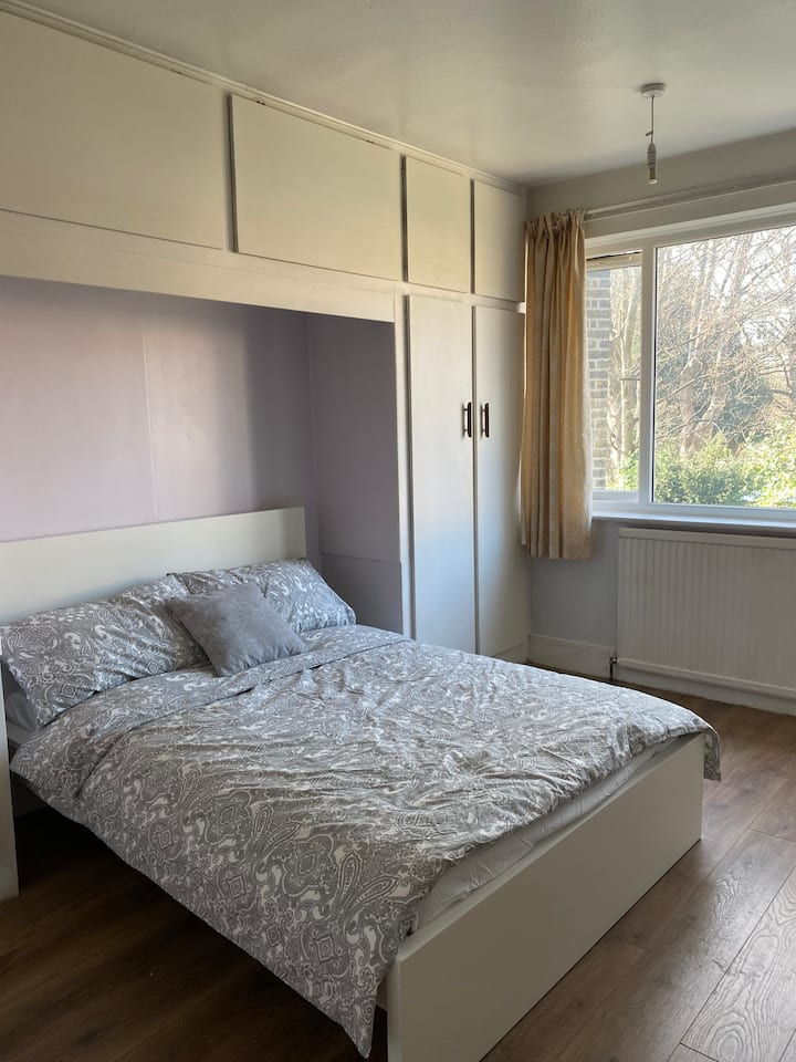 Peaceful room in vibrant Tooting