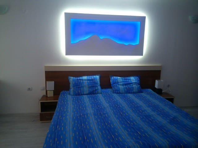 Спалня с красив окачен таван и светлини / Bedroom with customized lights and ceiling