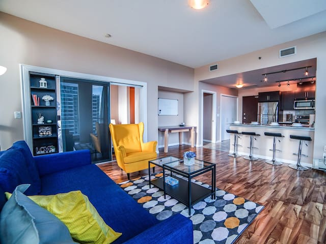 Vibrant Downtown Condo w/ City view + UG Parking