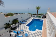 Beautiful villa with pool in front of the sea