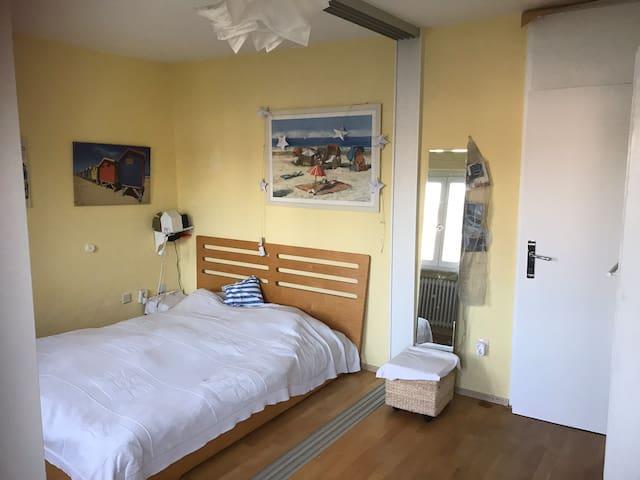 Sonniges Zimmer in Haus mit grossem Garten