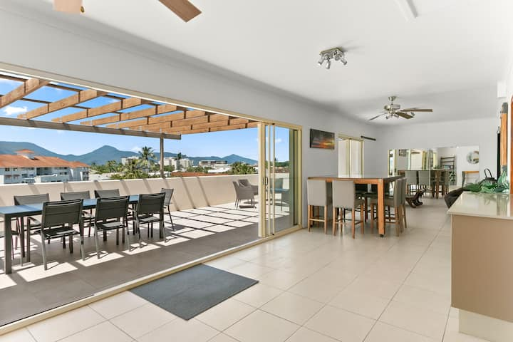 Penthouse Living - Ocean Views in Cairns North