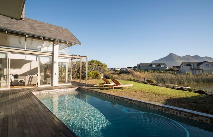 Modern 5 bed lakeside estate home