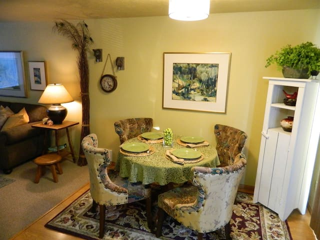 New! Romantic Hideaway in the heart of Sequim