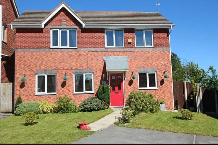 Double room in modern house with golf course views - Middleton