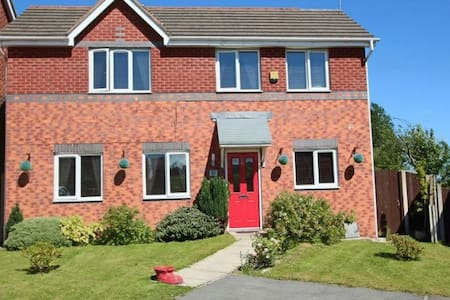 Double room in modern house with golf course views - Middleton - Hus
