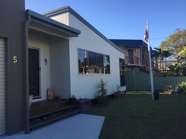 Stones throw to the beach with comfy queen bed - Urangan - Casa