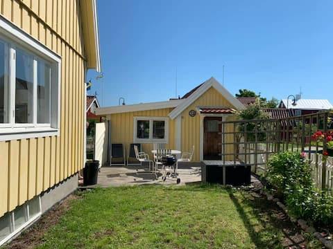 Mysig stuga i Sandhamns by