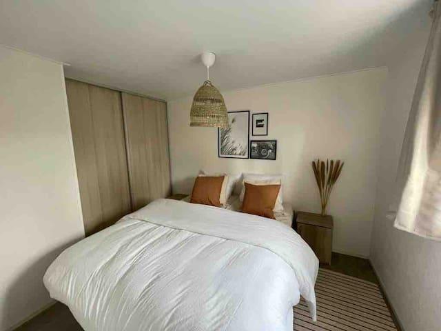 Ruime slaapkamer met heerlijk bed en goed 4 seizoenen dekbed. Je kunt geheel om het bed heen lopen.