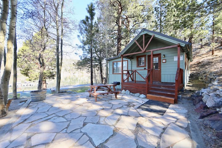 June Lake's only 1+1 cabin located ON the lake!