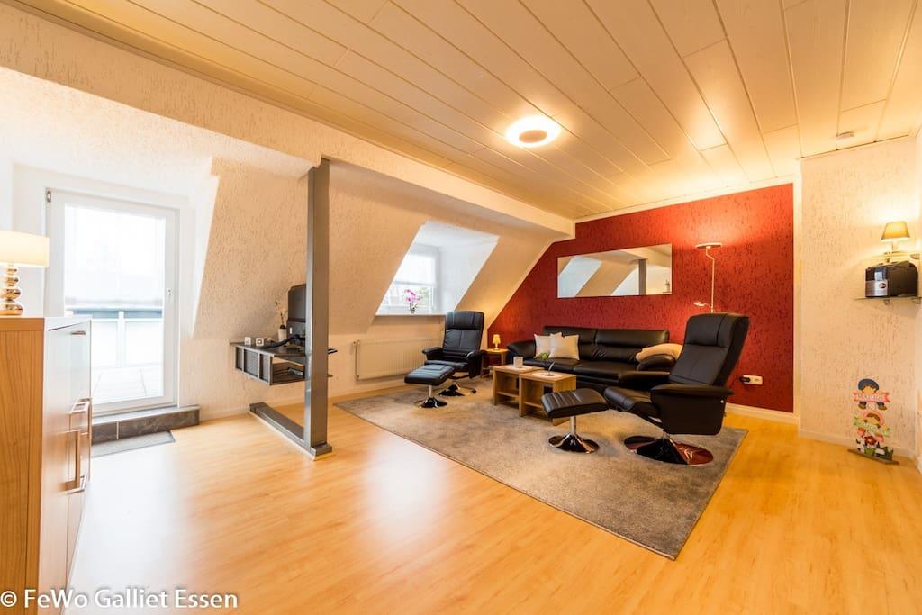 Wohnzimmer - gemütliche Entspannungsoase und Zugang zum großem Balkon