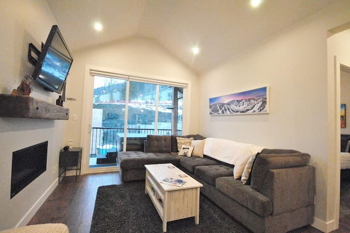 Peaks West: Brand New 2BD/2BT Condo with Hot Tub
