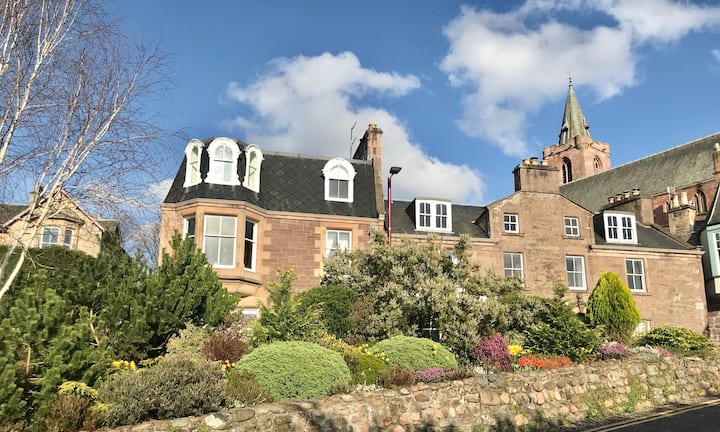 Crieff Self Catered Apartment with Scenic Views