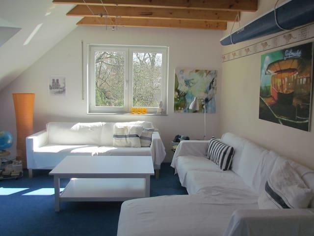 Großes,  helles Zimmer auf zwei Ebenen mit Balkon