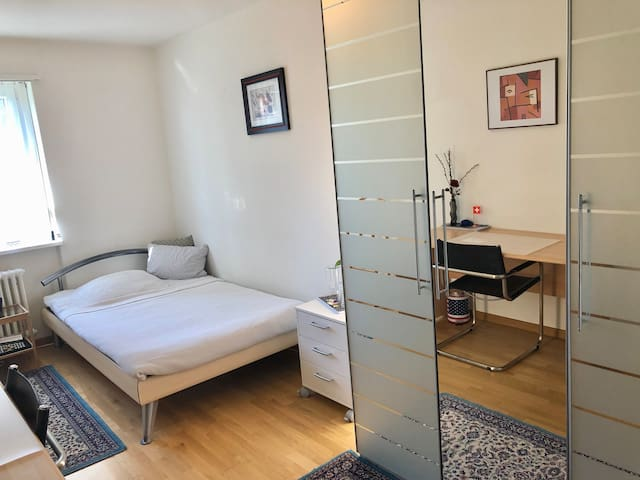 quiet & spacious, 10min to MainStation And Airport