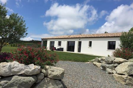 Villa avec piscine à la campagne - Villefloure