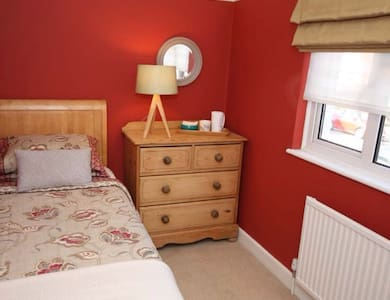 Lovely room in comfortable house - East Grinstead