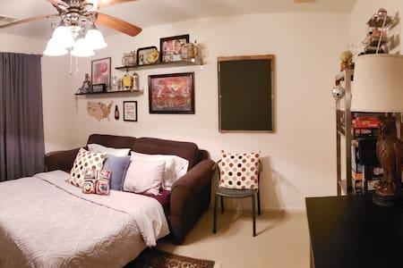 The Gameroom Getaway - Cozy Sofabed Guestroom