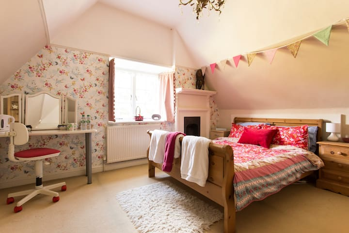 Large Attic Room in Peaceful Family Home - Hertfordshire - Casa