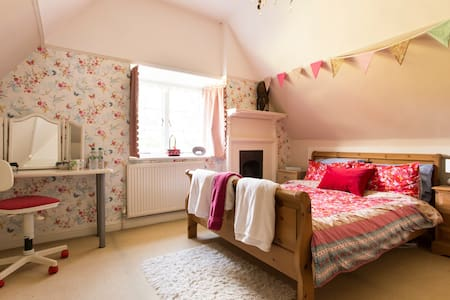 Large Attic Room in Peaceful Family Home - Hertfordshire - Rumah